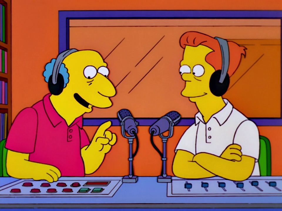Simpsons-Screenshot: Radiomoderatoren im Studio.